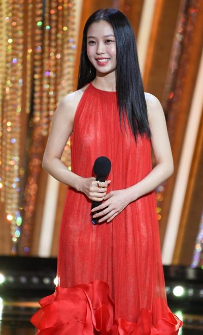 'SBS 연기대상' 고민시, 정열 한아름 고민시 배우가 31일 오후 열린 <2020 SBS 연기대상>에서 신인상 수상자를 발표하고 있다.