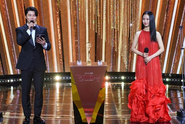 'SBS 연기대상' 음문석-고민시, 떨리는 신인상 발표 음문석과 고민시 배우가 31일 오후 열린 <2020 SBS 연기대상>에서 신인상 수상자를 발표하고 있다.