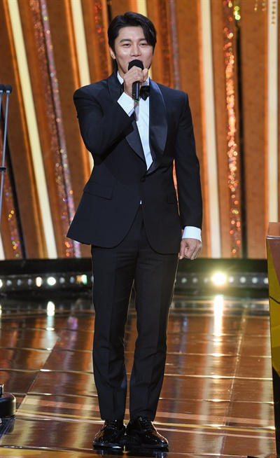 'SBS 연기대상' 음문석, 떨리는 신인상 발표 음문석 배우가 31일 오후 열린 <2020 SBS 연기대상>에서 신인상 수상자를 발표하고 있다.