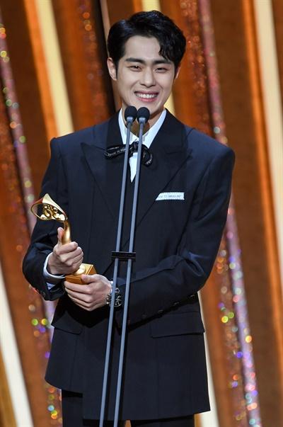 'SBS 연기대상' 조병규, 빛나는 신인 조병규 배우가 31일 오후 열린 <2020 SBS 연기대상>에서 신인상을 수상하고 있다.