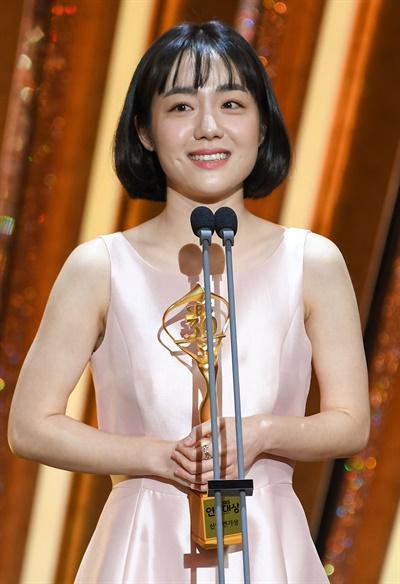 'SBS 연기대상' 소주연, 열일 중인 신인 소주연 배우가 31일 오후 열린 <2020 SBS 연기대상>에서 신인상을 수상하고 있다.