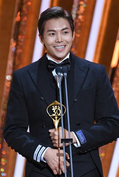 'SBS 연기대상' 박은석, 명배우의 향기 박은석 배우가 31일 오후 열린 <2020 SBS 연기대상>에서 조연상을 수상하고 있다.