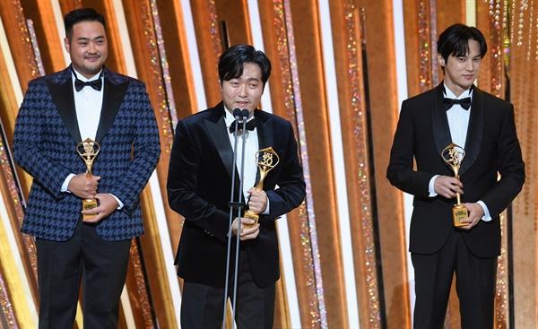 'SBS 연기대상' 조연상 받는 스토브리그 <스토브리그>팀이 31일 오후 열린 <2020 SBS 연기대상>에서 조연상 팀부문을 수상하고 있다.