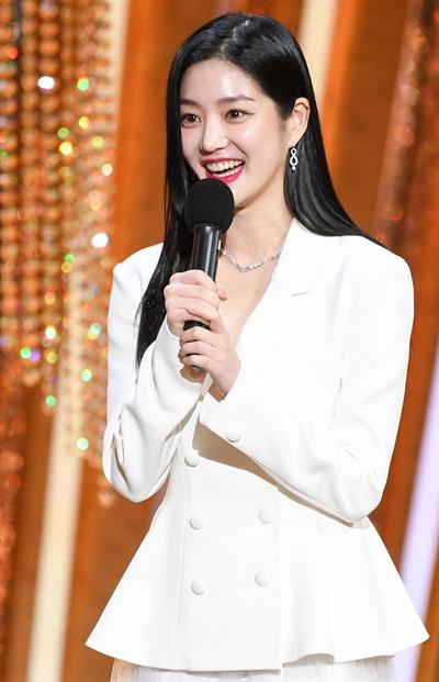 'SBS 연기대상' 이유비, 기분좋은 미소 이유비 배우가 31일 오후 열린 <2020 SBS 연기대상>에서 조연상 팀부문 수상자를 발표하고 있다.