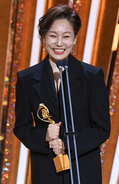 'SBS 연기대상' 진경, 유쾌한 날 진경 배우가 31일 오후 열린 <2020 SBS 연기대상>에서 조연상을 수상하고 있다.