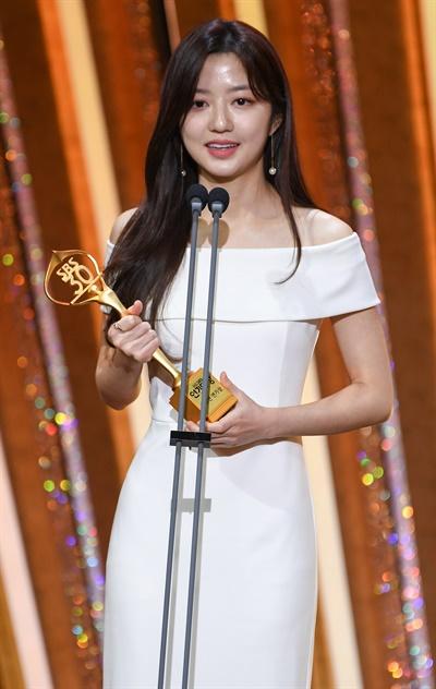 'SBS 연기대상' 김현수, 놀라운 연기력 김현수 배우가 31일 오후 열린 <2020 SBS 연기대상>에서 청소년연기상을 수상하고 있다.