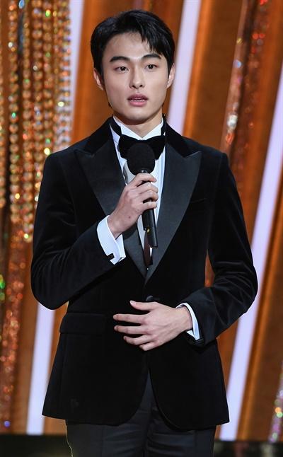 'SBS 연기대상' 윤찬영, 차세대 선두 윤찬영 배우가 31일 오후 열린 <2020 SBS 연기대상>에서 청소년연기상 수상자를 발표하고 있다.