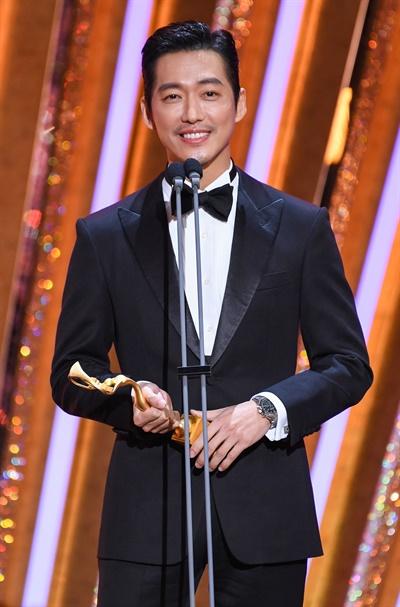 'SBS 연기대상' 남궁민, 한 계단씩 올라 대상 남궁민 배우가 31일 오후 열린 <2020 SBS 연기대상>에서 대상을 수상하고 있다.