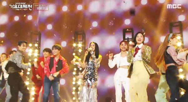 지난 12월31일 방영된 '2020 MBC가요대제전'의 한 장면.  관록의 여가수 엄정화가 후배들과 함께 'DISCO'를 선보였다.