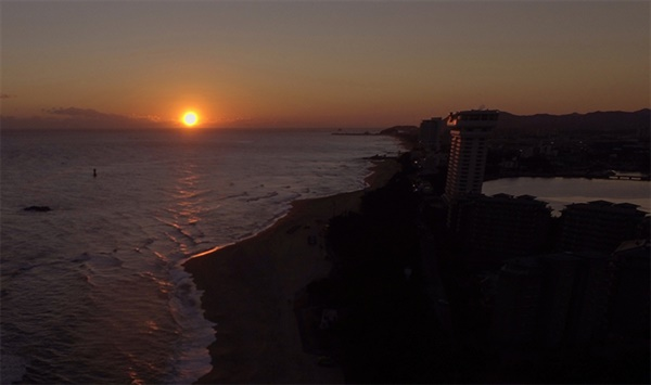 2021년 드론으로 촬영된 소띠해 경포해변 일출 모습, 우측으로 경포호수가 보인다.