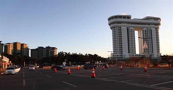 2021년 새해 첫 날, 강릉시는 코로나19 방역을 위해 일출 명소 주차장을 폐쇄했지만, 경포해변 스카이베이 인근 주차장에는 일부 일출 관광객 차량들이 주차한 모습
