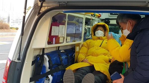 중대재해기업처벌법 제정을 위해 국회에서 23일째 단식농성을 진행하던 강은미 정의당 원내대표가 지난 2일 건강 악화로 병원으로 이송되고 있다.