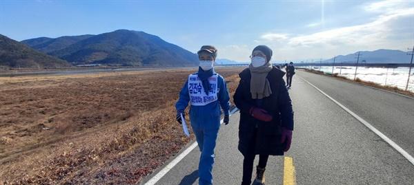 함께 걷고 있는 김진숙 지도위원과 박문진 지도위원