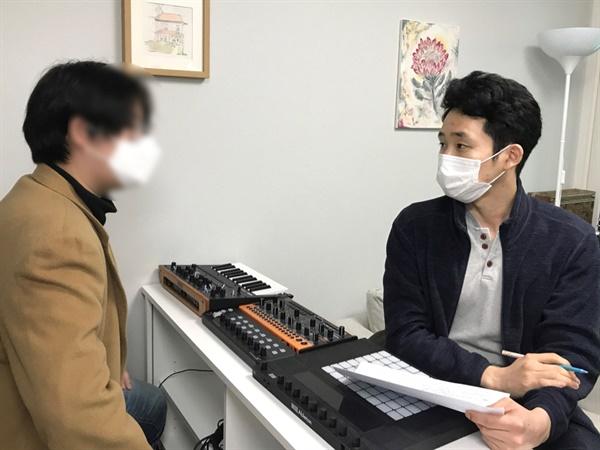 작곡에 관심이 많은 희준씨를 위해 동료이자 작곡가 Z5ZI의 작업실에서 인터뷰를 진행했다.