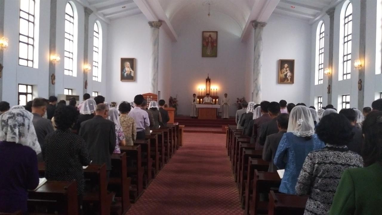 평양 장충성당 예배를 드리고 있는 신도들 북한에도 교회, 성당, 사찰이 있다. 신부님이 없어 미사 대신 공소예절을 올리고 있다.