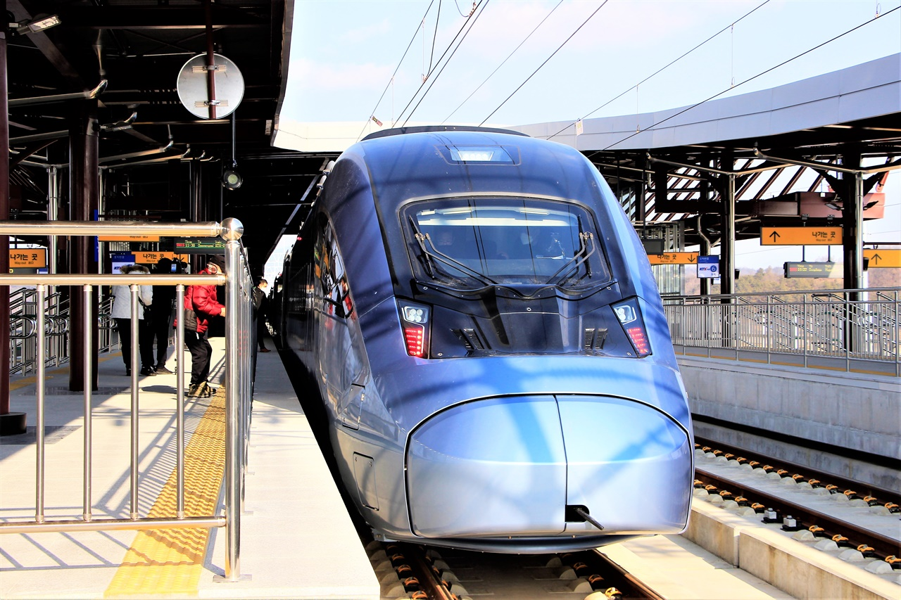 1월 5일부터 운행을 시작한 새로운 KTX, KTX-이음 열차가 안동역에서 출발을 기다리고 있다.
