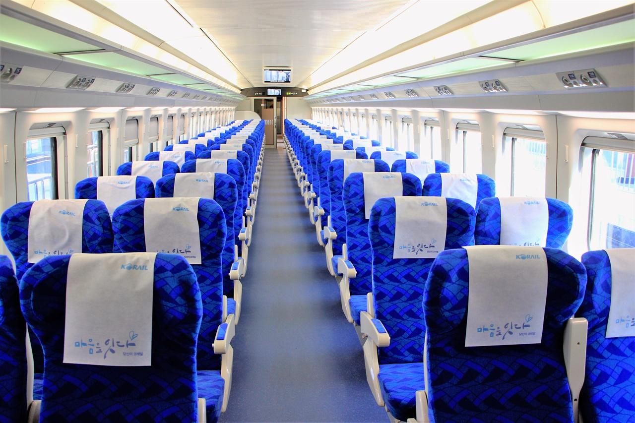 다른 열차의 객실 내부보다 더욱 길쭉한 KTX-이음의 객실 내부 모습. 한 객차에 최대 80명 가까이까지 태울 수 있다.