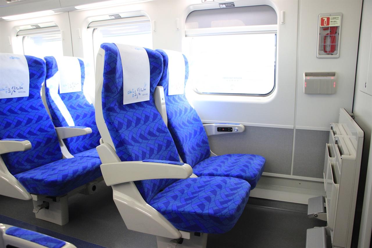 KTX-이음의 일반실 모습. 창문 오른쪽 무선충전기와 모든 의자마다 개별 창문이 달린 모습이 눈에 띈다.