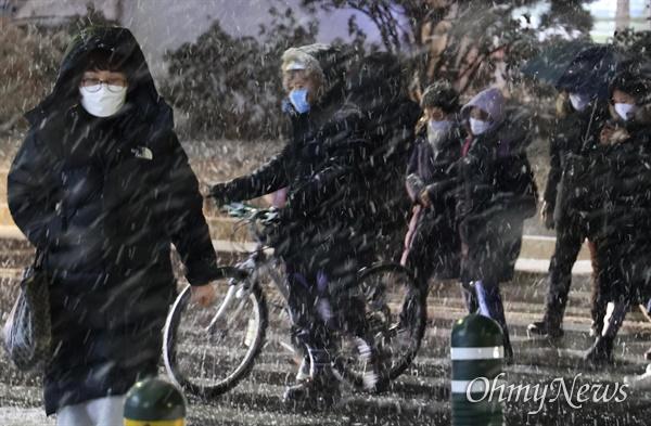 6일 오후 서울 성북구 월곡역 부근에 폭설이 내리고 있다.