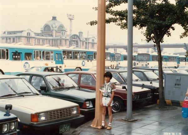 서울역 어머니, 아들과 서울 구경 때다. 아들이 서울 역 앞에서 포즈를 취했다. 대기 중인 택시의 네모진 모습이 특이하다. 어머니는 이때 처음으로 서울 땅을 밟았다.