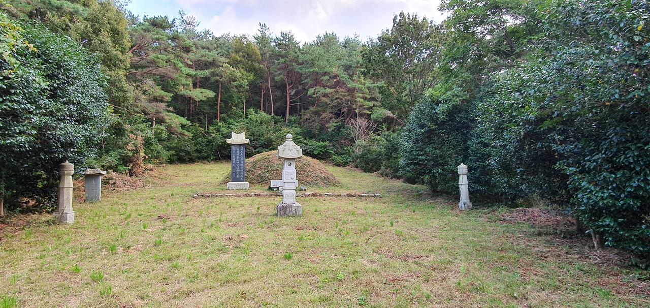 석천 임억령 묘 임억령이 고향 해남에 돌아와 제자를 가르치며 살았던 문암제가 있는 곳에 석천의 묘가 있다.