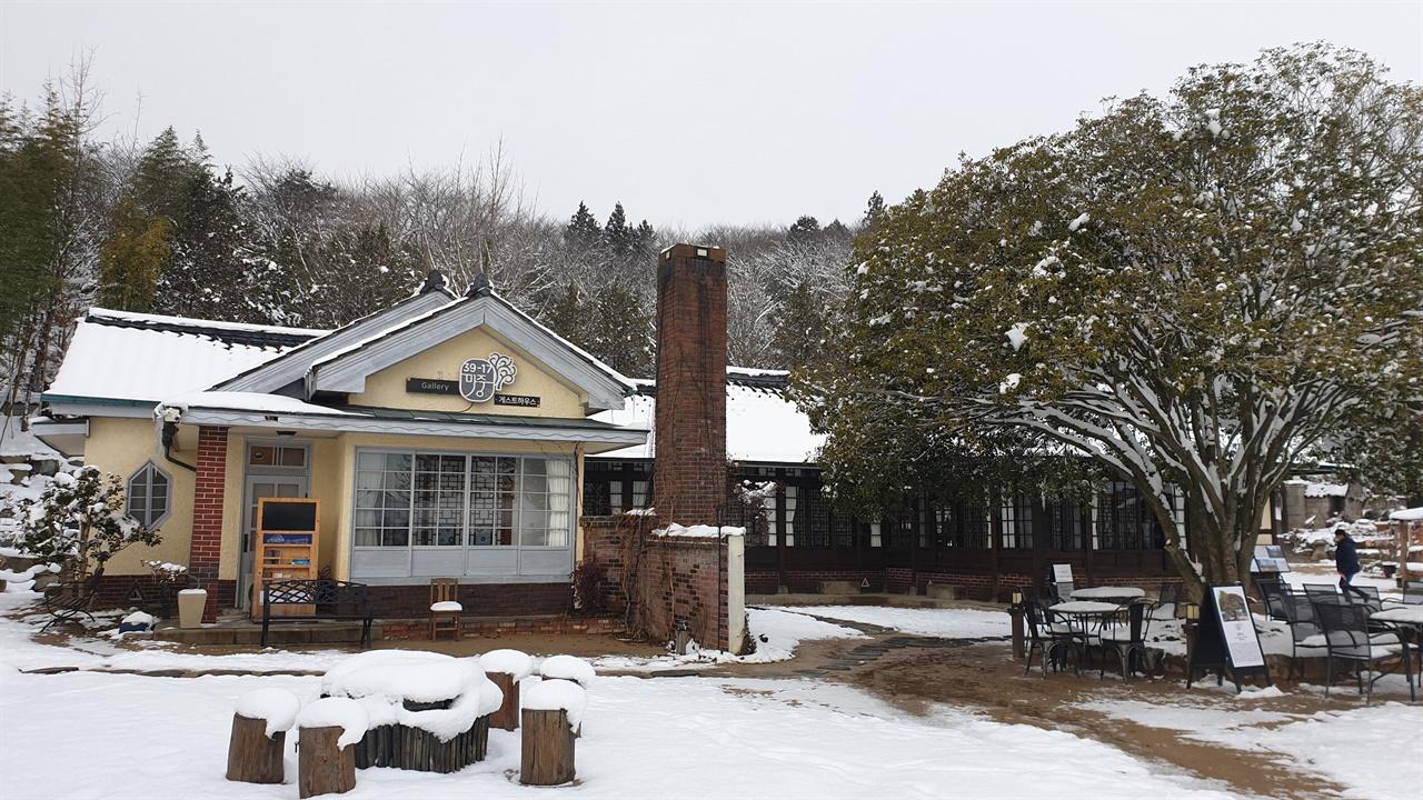 39-17마중의 목서원. 큰 금목서와 어우러진 옛집. 한옥과 양옥, 일본가옥의 건축양식을 버무려 지었다.