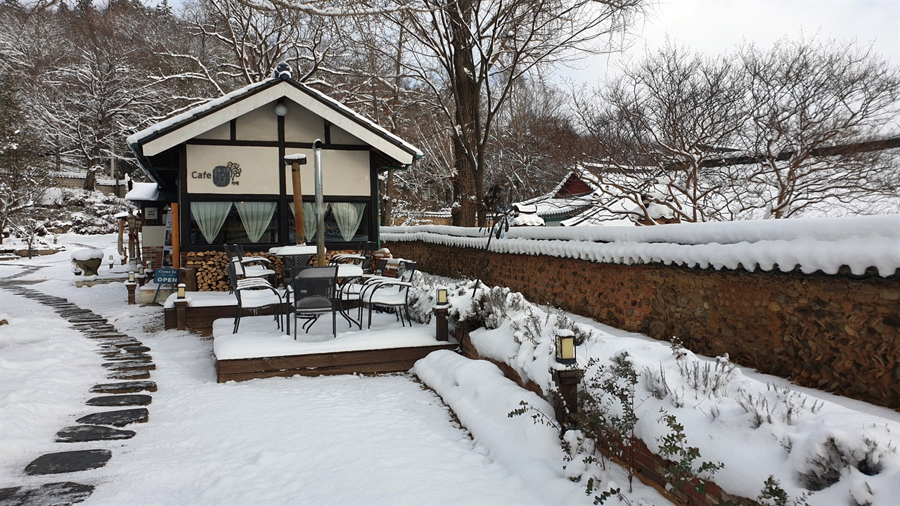 나주향교의 담장과 어우러진 목서원 카페. 80년 된 쌀창고를 보수해서 만든 카페가 향교의 담장과 나란히 있어서 더 아름답다. 지난 1월 1일 풍경이다.