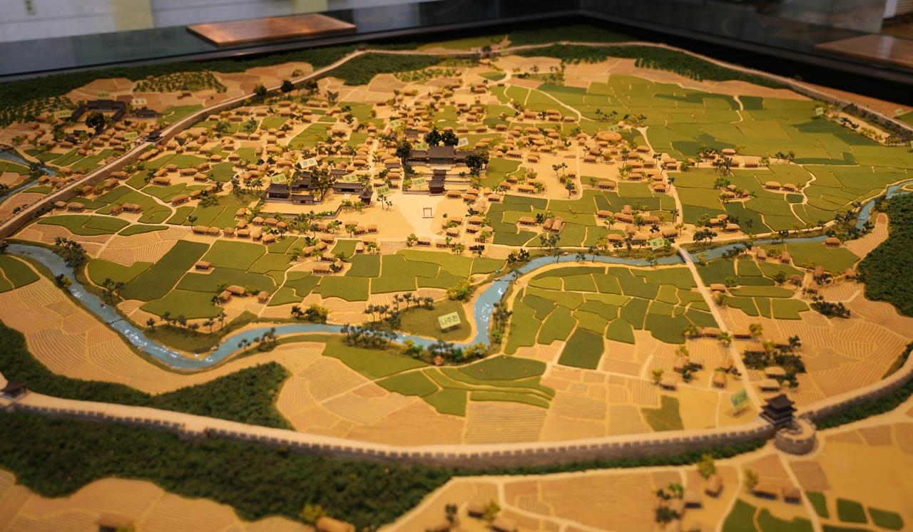 금성관을 중심으로 한 옛 나주읍성의 모형도. 둘레 3679m, 면적 30만 평의 큰 읍성으로 추정되고 있다. 나주목문화관에 전시돼 있다.