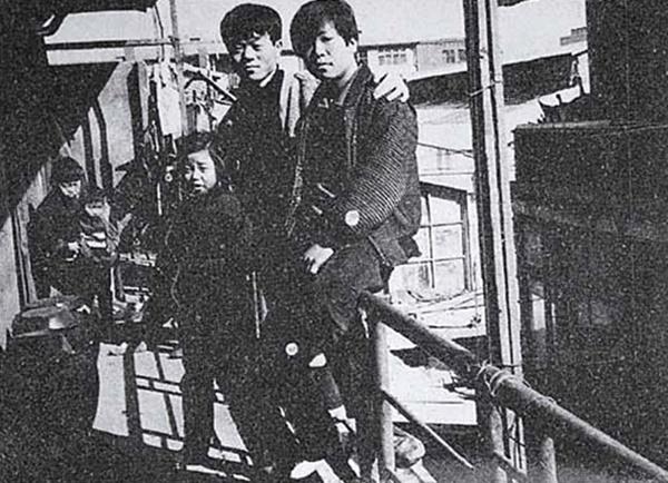 1968년경 중부시장에서 시다로 일할 때의 전태일(가운데). 20살이 된 전태일은 근로기준법 해설책을 찾아 읽기 시작한다.