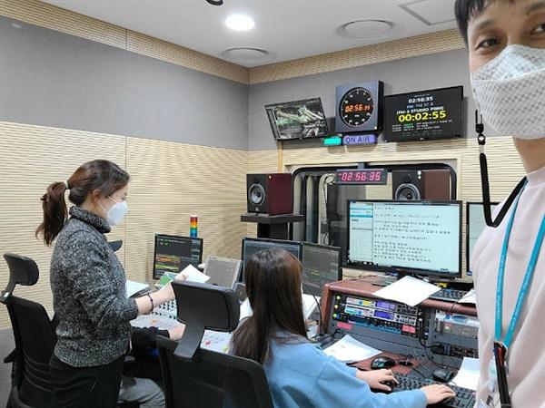 TBS가 7일 공식 유튜브 채널에 공개한, 1월 7일 새벽 2시 56분 대설 특집 방송 종료 직전 TBS 제작진의 모습.
