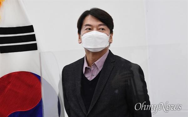 국민의당 안철수 대표가 8일 서울 여의도 국회에서 유영민 신임 대통령 비서실장을 기다리고 있다.