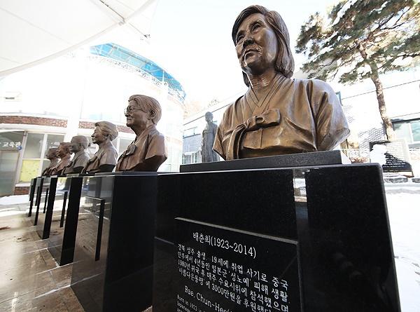 일본군 위안부 피해자들이 일본 정부를 상대로 낸 손해배상 청구 소송에서 처음으로 승소한 8일 오후 경기도 광주시 나눔의 집에 고 배춘희 할머니를 비롯해 돌아가신 할머니들의 흉상이 세워져 있다.