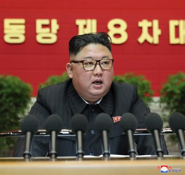 노동당 제8차 대회 4일차 회의서 발언하는 김정은 지난 8일 평양에서 노동당 제8차 대회 4일차 회의가 열렸다고 조선중앙통신이 9일 보도했다. 사진은 이날 김정은 노동당 위원장이 발언하는 모습. 2021.1.9