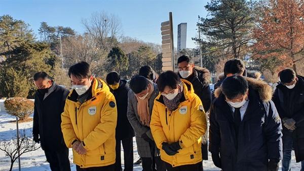 10일 오전, 정의당 지도부가 마석 모란공원을 찾아 고 노회찬 전 원내대표의 묘소를 참배하고 있다. 이들은 중대재해법이 당초 중대재해기업처벌법 원안에 비해 크게 후퇴한 데 대해 사과했다.