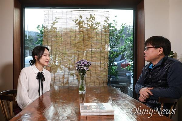<작은 가게에서 진심을 배우다>의 저자인 김윤정 '고기리막국수' 대표가 <오마이뉴스> 기자와 인터뷰를 하고 있다.