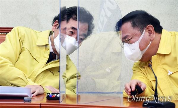 더불어민주당 이낙연 대표(왼쪽)와 김태년 원내대표가 11일 국회에서 열린 최고위원회의에서 논의하고 있다.