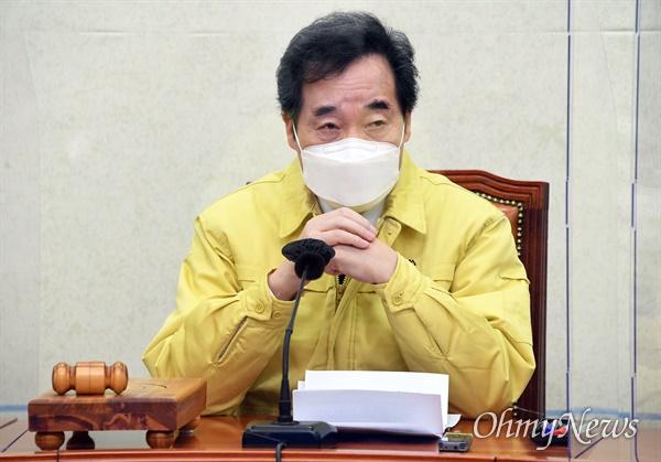 더불어민주당 이낙연 대표가 11일 국회에서 열린 최고위원회의에서 최고위원들의 발언을 경청하고 있다.
