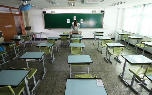 7일 오전 경기도 수원시 팔달구 수원고등학교에서 열린 졸업식이 신종 코로나바이러스 감염증(코로나19) 확산에 따라 온라인으로 진행되고 있다.