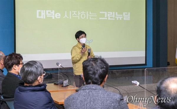 지난 해 11월 30일 '대덕e 시작하는 그린뉴딜'을 발표하고 있는 박정현 대전 대덕구청장.
