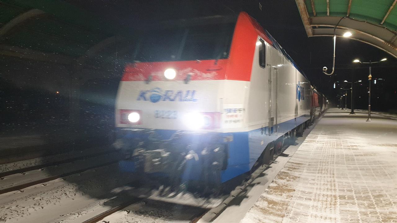 임성역으로 들어오는 무궁화호 열차. 광주-목포 간을 운항한다. 지난 1월 7일 오후 6시 30분이다.