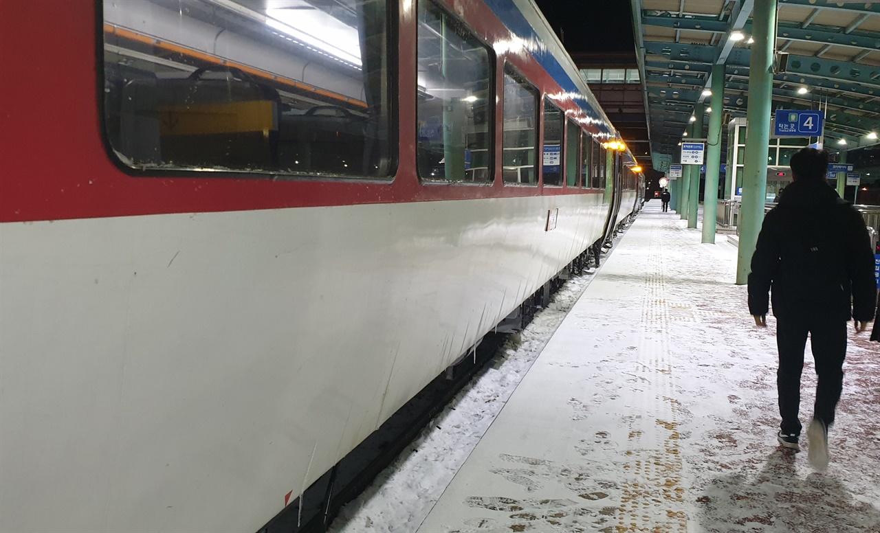 광주역에 닿은 무궁화호 열차. 열차에서 내린 승객이 대합실로 향하고 있다.