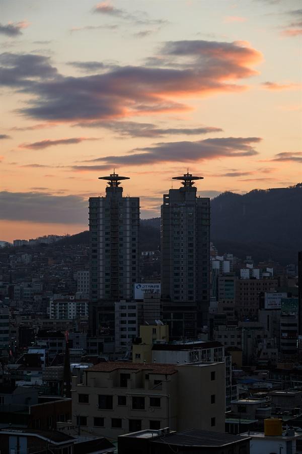 사당동 구역을 위에서 장식하고있는 구름이 조금씩 빛을 내기 시작한다, 서울은 2021년을 향해 일어나고 있다.