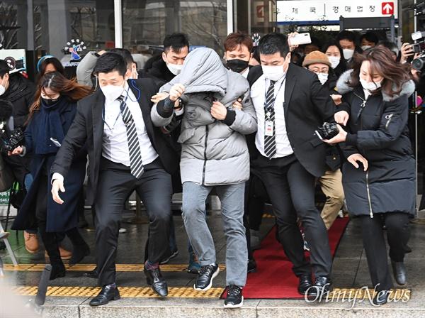 생후 16개월 '정인이'를 학대해 숨지게한 양부모에 대한 첫 공판이 열린 13일 오전 서울 양천구 남부지방법원에서 양부인 안모씨가 공판을 마친 후 법원을 나서고 있다.