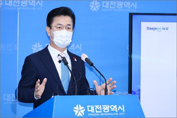 허태정 대전시장이 13일 오전 신년 기자간담회를 열고 시정 브리핑을 하고 있다.