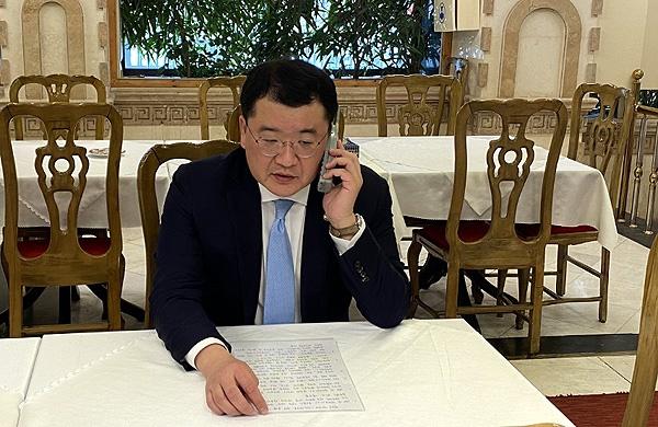 이란을 방문중인 최종건 외교부 제1차관이 억류중인 한국 유조선 '한국케미'호 선장과 통화하고 있다.