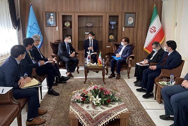 이란을 방문중인 최종건 외교부 제1차관이 마흐무드 헤크마트니어 이란 법무차관과 면담하고 있다.