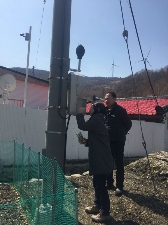 정암풍력 인근 만항마을에 설치된 소음측정기. 만항마을에서도 풍력발전기가 보인다. 발전기와 가장 인접한 민가와의 거리는 550m이다.