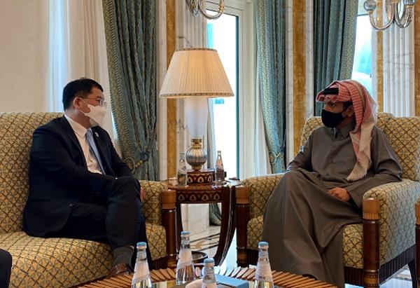 중동을 방문중인 최종건 외교부 제1차관(왼쪽)이 모하메드 카타르 외교장관과 면담하고 있다.