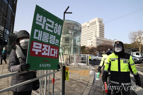 14일 박근혜씨에 대한 재상고심 선고 공판이 열리는 대법원 앞에 박씨 지지자들이 모여 피켓을 들고 있다.