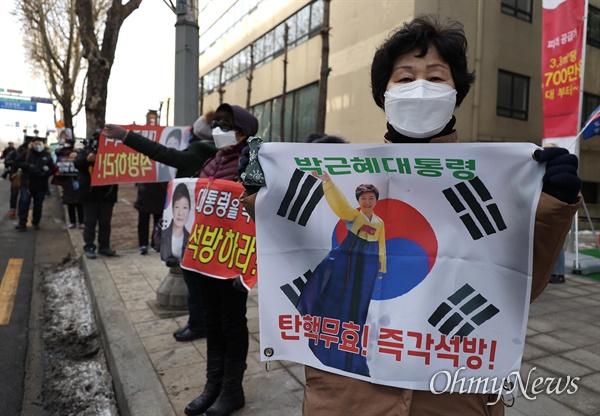 14일 박근혜씨에 대한 재상고심 선고 공판이 열린 대법원 앞에 박씨 지지자들이 모여 피켓을 들고 있다.